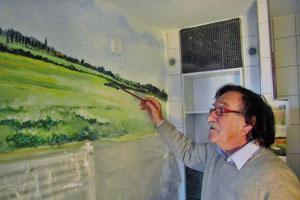 Hans Wittl bei der Gestaltung eines der 18 Badezimmer.