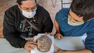 Miguel Moreno Azanza (FCT-NOVA) y José Manuel Gasca, directores de la actuación, examinan uno de los huevos de dinosaurio. Foto: Universidad de Zaragoza