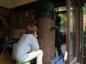 1回×3分、木彫りのマリオネットであなたの為に人形劇します。          Photoは古民家ギャラリー、カジュ・アートスペースにて。