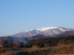 朝方、窓から望む蔵王連峰の輝いている!