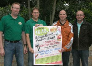 Werben für den Spiel-Spaß-Aktionstag auf dem Wehdemer Sportgelände (v.l.): Holger Hilgemeier (Vorsitzender) und Andreas Hoppe (Kassenwart) vom JFV sowie Jürgen Lutkewitz (Vorsitzender) und Karl-Friedrich Wessel (Schriftführer) vom RGZV