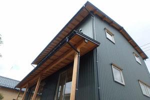 ガルバリウム鋼板の屋根と外壁の写真