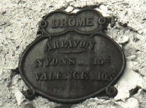 Cette plaque kilometrique qui se trouvait à l'entrée du village a disparue il y a quelques années, alors si par hasard...... !