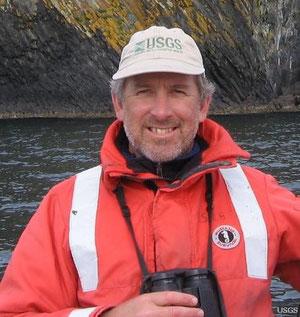 アメリカ地質調査所のカリフォルニア州カリフォルニアラッコ個体数調査の首席科学者ティム・ティンカー。彼はまたカリフォルニア大学サンタクルーズ校の教授でもある。(Credit: Brian Hatfield, U.S. Geological Survey.)