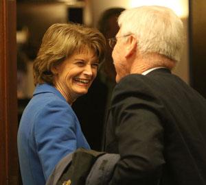 先月、アラスカ州会議事堂で有権者と話すアメリカ上院議員リサ・ムルコウスキ(Nathaniel Herz / ADN)