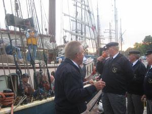 """Shantyman Gerd R. in Aktion am 5. September 2014 am Tiessenkai für die Chartergäste und die Besatzung des SS """"Luciana"""""""