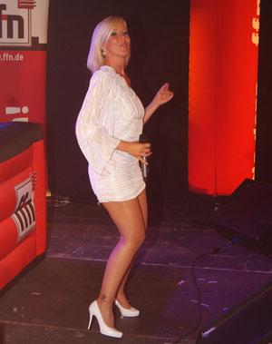 Live und temperamentvoll: Dana Franzis präsentiert die Hits von Helene Fischer. Fotos: Monsees