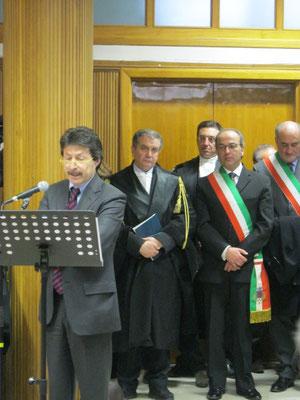 Cerimonia di inaugurazione dell'anno giudiziario presso la Corte di Appello di Caltanissetta del 28 gennaio 2012 - L'intervento del rappresentante del CSM. Sullo sfondo i Sindaci di Troina e di Nissoria.