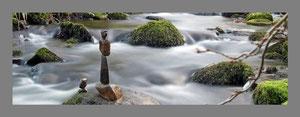 Landart im Panorama Format, balancierte Steine im Wasser auf Fotoleinwand - Kunst mal anders - Naturkunst, Steinkunst, Steinbalance, Steintürme, Steine im Gleichgewicht - Fotoleinwand Fortex Acrylglas