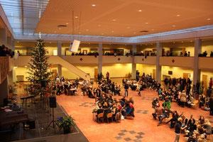 Die weihnachtlich dekorierte Aula des Gymnasiums am Tag vor den Weihnachtsferien