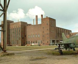 Das gewaltige Kraftwerk der ehemaligen Heeres-Versuchsanstalt beherbergt heute das Historisch-Technische Museum. Foto: Wikipedia