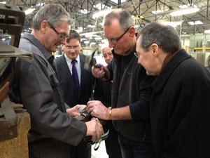 Poiçonnage d'une cocotte Mauviel, en présence de Philippe Gosselin, député, et Daniel Macé, maire