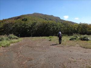 国観峠から山頂を振り返る