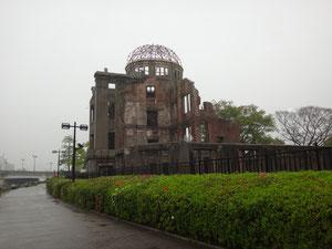 雨の原爆ドーム