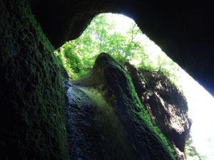 洞窟の奥から見るシワガラの滝