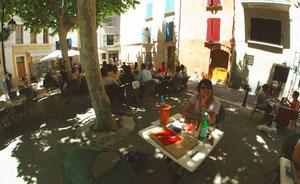 En attendant le gigot de Sisteron sur la place Marcel Pagnol