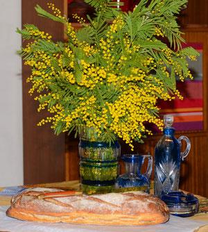 """Jaune mimosa et bleu intense """"made in Val Saint-Lambert"""" pour la mise en scène"""