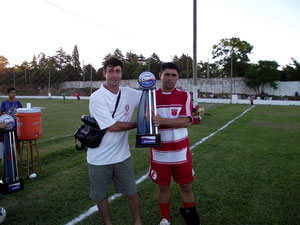 Paulo Maia entregando o troféu de vice campeão do Sete Máster ao capitão Valdir Aguirre do Riachuelo.