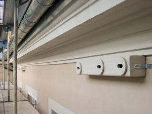 Eine gedämmte Fassade bietet keine Nistmöglichkeit für Mauersegler; Nistkästen liefern hier Abhilfe.
