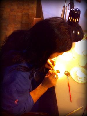 Belén Soto pintando