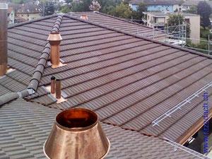 Fitze Dach AG Muldenfalzziegel auf einem Steildach, viele Winkel und Ecken. Das bild zeigt zudem Lüftungskamine aus Kupfer und Schneefangeinrichtungen