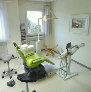 Behandlungszimmer der Zahnarztpraxis, Zahnarzt Ernst-Peter Roth, Bitburg