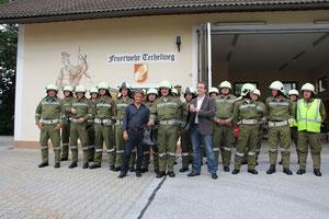Übergabe der neuen Einsatzstiefel durch Hr. Bgm. Happe und Pörtsch Stanko (Posojilnica Bank)