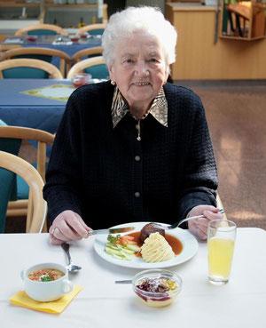 """Senioren bevorzugen schmackhafte, frisch zubereitete Hausmannskost aus ihrer Heimatregion. Mit """"Essen auf Rädern"""" können wir ihnen dies täglich zu Hause bieten."""