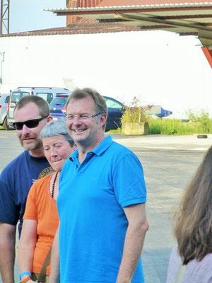Besuch vom Ersten Bürgermeister Kuchlbauer (r) der Gemeinde Oberschleißheim beim Seniorennachmittag des Ikarus Luftsportclub. Bild: Lohberger