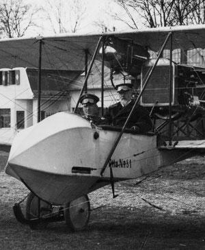Prinz Leopold v. Bayern als Gast im Otto-Doppeldecker (hinten)
