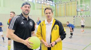 Rene Hartleib (l.), Torwart beim SV Greif Torgelow, und Rainer Justin geben Jugendlichen an der Einstein-Schule Fußballunterricht