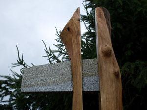 Aufgesägter Eichenstamm mit eingefügter Granitplatte