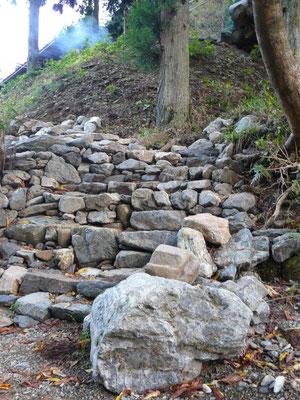 川から小屋への階段。