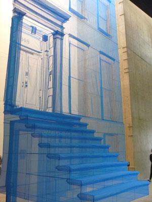 青のニューヨークのアパート