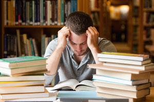 Symbolbild: Mann in Bibliothek