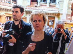 """Widmer-Schlumpf verlässt den Nationalratssaal nach der verlorenen """"Lex USA""""-Abstimmung (Quelle: Blick)"""