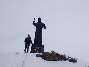 Dans le mauvais temps, juste au-dessus du bivouac, Gérard avec le Cristo delle Vette au sommet du Balmenhorn