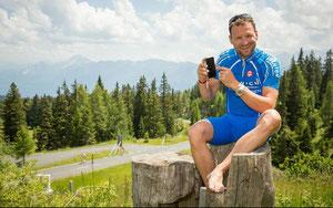 Paco Wrolich beim Test der neuen App am Villacher Hausberg Dobratsch, Etappenziel der Österreich-Radrundfahrt 2014 © EURAC/Region Villach