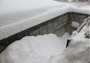 *またまた大雪で埋没してしまった家の外階段。誰も出れない、入れない(*_*)