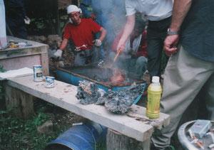 製鉄の完了・水で冷やして鉄の塊を取り上げてるところ