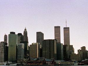 世界貿易センタービル    アンテナが有り高い方が北棟  展望台は南棟