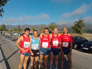 Atletas del Club Maratón Lucena junto al vencedor de la prueba, el lucentino Francisco Díaz.