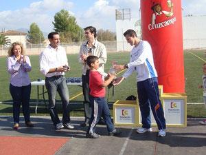 Carlos recogiendo el trofeo de manos de Moises