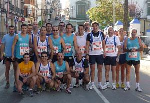 Atletas lucentinos en Rute,junto a Juan de Mata en el centro (dorsal 774), momentos antes de la prueba.