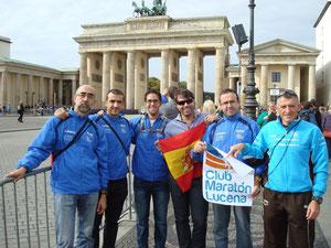 Nuestros toreros, al fondo La Puerta de Brandenburgo.