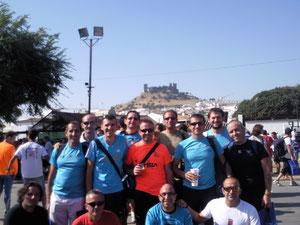 Atletas de Lucena despues de haber acabado la carrera, con el castillo de Almodóvar al fondo.
