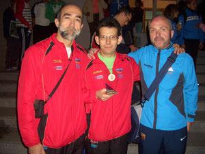 Francisco Roldán orgulloso con  el trofeo conseguido, escoltado por Flores a la izquierda y por Valera.