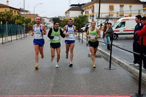 atletas de Lucena entrando en meta