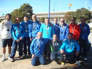 Los atletas del Club Maraton Lucena, junto a nuestro amigo Juan Manrique, con la medalla al cuello, después de haber acabado la maratón.