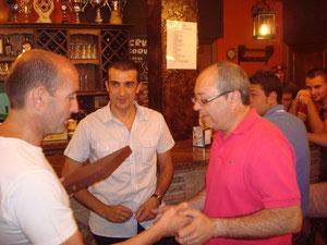 Joaquín recibe la placa de manos del presidente del Club Maratón Lucena, con la mirada complaciente de David Dorado.